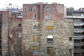 Známky rezivění komínu na stěnách
