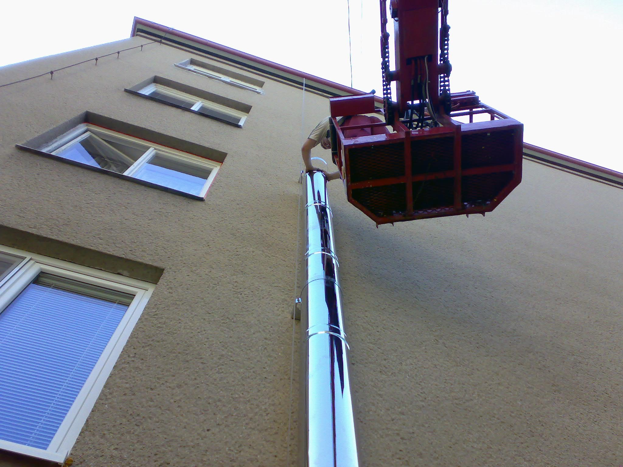 komin vedeny po fasade